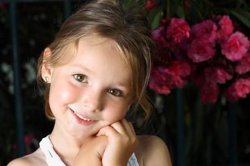Bambina sorridente in giardino #2