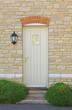 helle Steinmauer und Holztüre