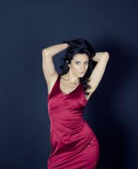 Junge Frau in rotem Kleid