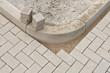 Pflastersteine aus Beton müssen an eine Rundung angepasst werden