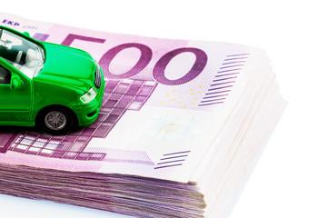 Grünes Auto auf Geldscheinen