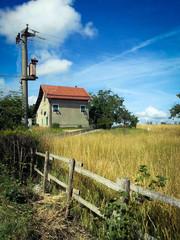 Casa in campagna immersa nei prati