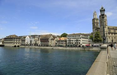 Blick auf Ostufer der Limmat mit Grossmünsterin in Zürich
