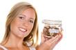 junge Frau beim Sparen von Geld