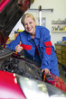 Frau als Mechaniker in Auto Werkstatt