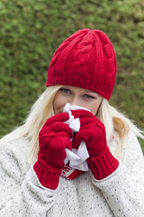 Frau hat Schnupfen und ist erkältet
