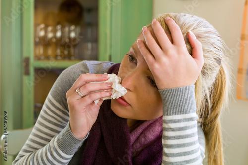 kranke Frau mit Taschentuch
