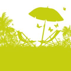 Sonnenschirm und Liegestühle am Palmenstrand