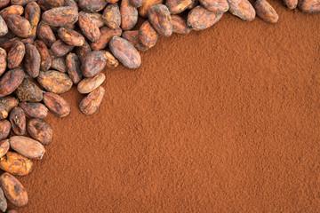 Kakaobohnen auf Kakaopulver