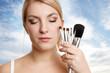 schöne Frau mit Makeup Pinsel