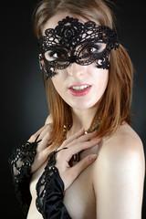 Twen trägt Maske und schwarze Handstulpen