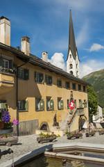 Zuoz, Dorf, Dorfplatz, Brunnen, Schweizer Alpen, Graubünden