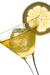 Glas mit Getränk, Eiswürfel und Zitrone