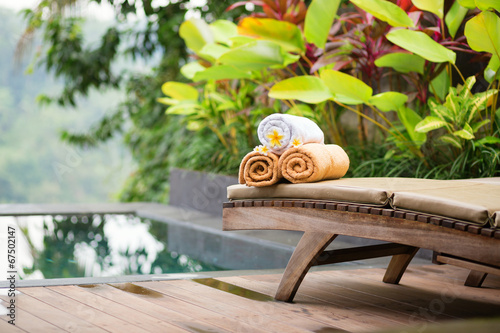 Foto op Aluminium Ontspanning Towels with frangipani flowers in a Balinese spa