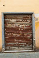 Saracinesche arrugginita grigio zincane, chiusa