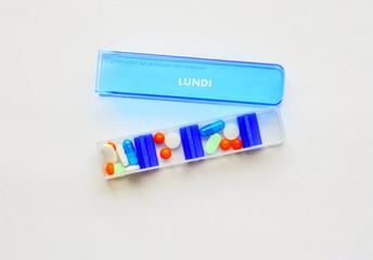 pilulier pour médicaments sur fond blanc