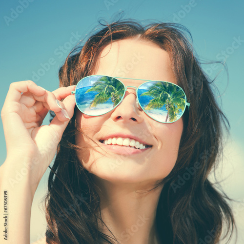 canvas print picture woman in sunglasses