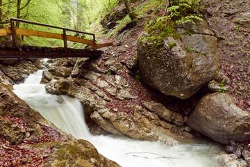 Steg über den rauschenden Bergbach