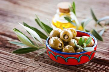Schale mit oliven auf rustikalem holz