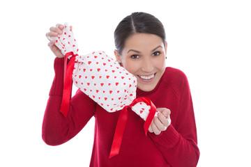 Lachende junge Frau in Rot hält ein Geschenk in den Händen