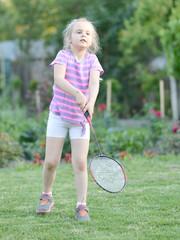petite fille jouant badminton