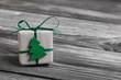 Ein Weihnachtsgeschenk in Grün auf Holz Hintergrund