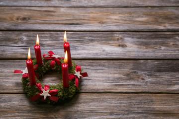 Adventskranz mit vier brennenden Kerzen zu Weihnachten