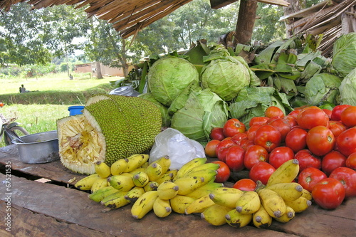 Aluminium Boodschappen Vegetable market stall near Masindi, Uganda.