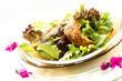 Gebratenes Huhn mit Blattsalat
