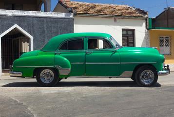 Amerikanischer Oldtimer in Kuba fährt auf der Strasse