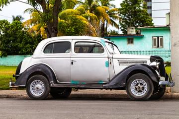 Kuba Oldtimer parkend auf der Strasse