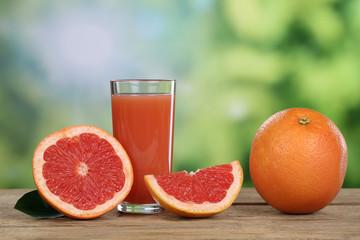 Grapefruitsaft mit frischer Grapefruit im Sommer