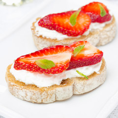 toast with goat cheese, fresh strawberries, mint and honey