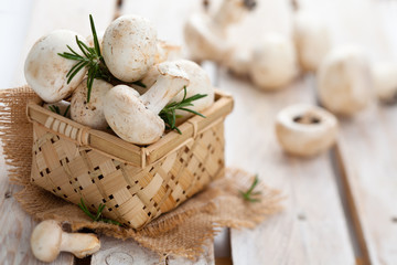 Champignons in basket.