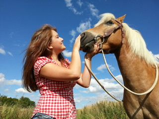 Frau mit Pferd auf Reiterhof
