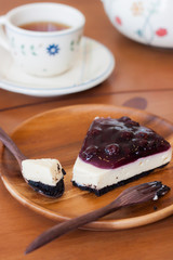 blueberry cheesecake with tea