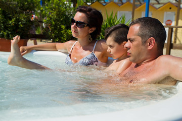famiglia in vasca idromassaggio