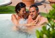 Coppia felice di relax nella vasca idromassaggio