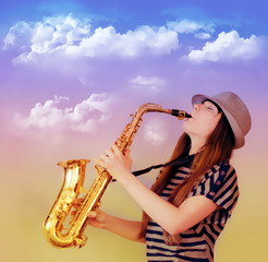 девушка исполняет музыку на саксофоне