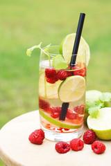 Sodawasser mit Früchten und Kräutern veredeln