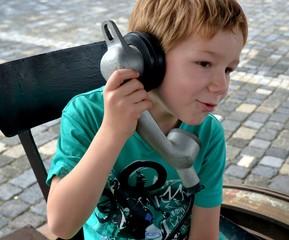 Kind telefoniert mit altem Telefon