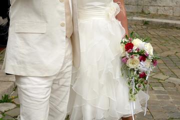mariés en blanc et bouquet
