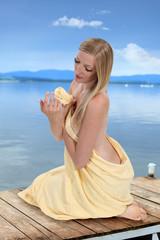 Dziewczyna, blondynka w ręczniku kąpielowym nad jeziorem II.