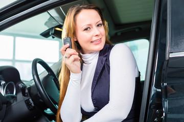 Frau oder Kundin im Neuwagen von Autohaus