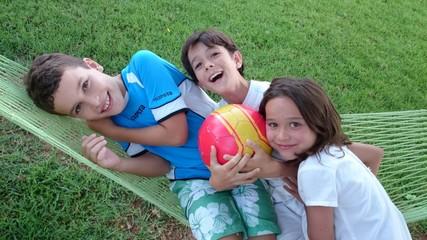 Niños sobre hamaca con pelota