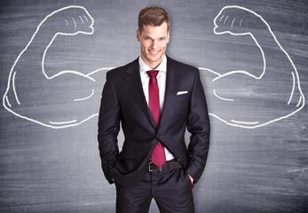 Starker Geschäftsmann mit gemalten Muskeln