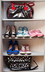 Обувь и сумки на полке в шуафу