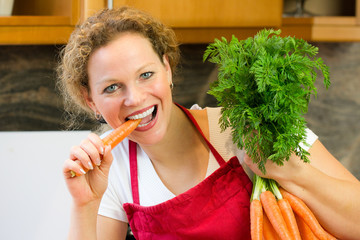 woman eats a carrott