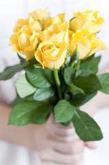 バラの花束 黄色いバラ 贈り物 女性