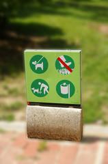 Cartel informativo en unos jardines de Barcelona